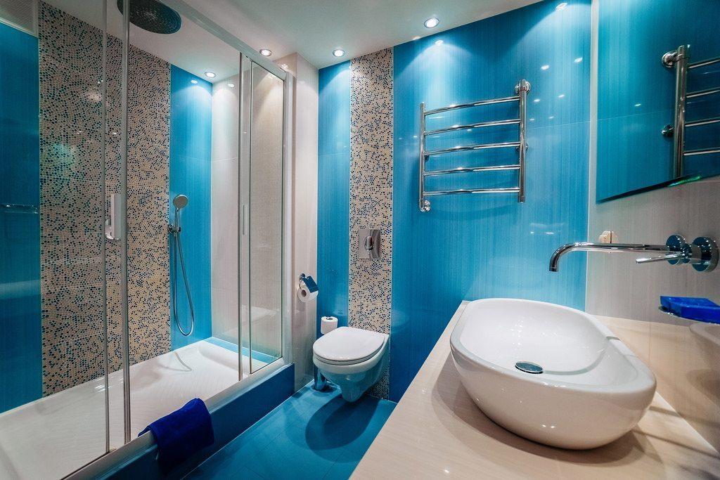 Голубая плитка в ванной комнате с душем