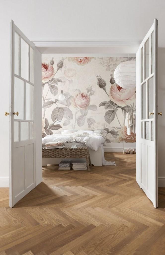 Открытые двери в спальню с виниловыми обоями