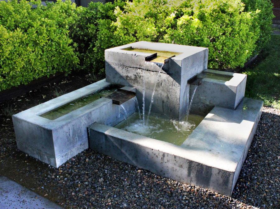 Каскадный водопад из серого бетона