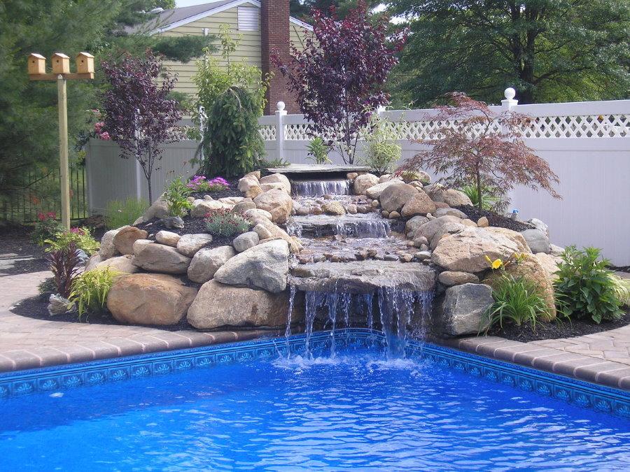 Плавательный бассейн с каменным водопадом