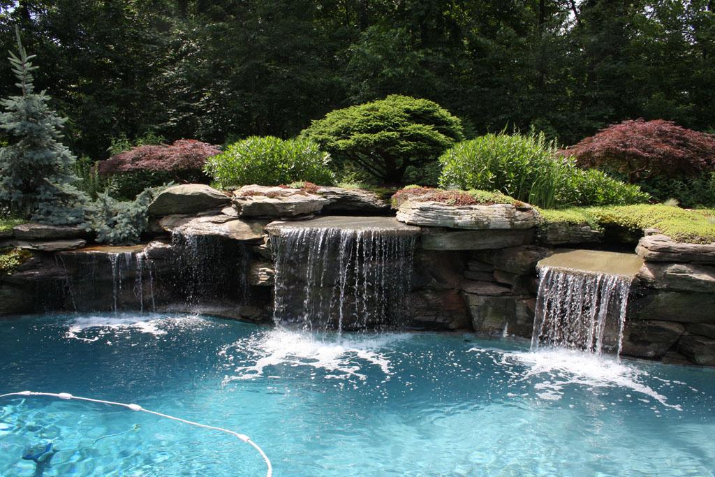 Декоративный водопад на берегу водоема