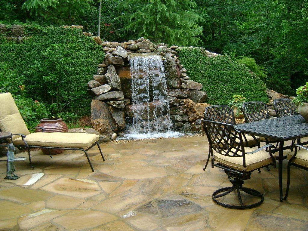 Шикарный водопад на площадке для отдыха
