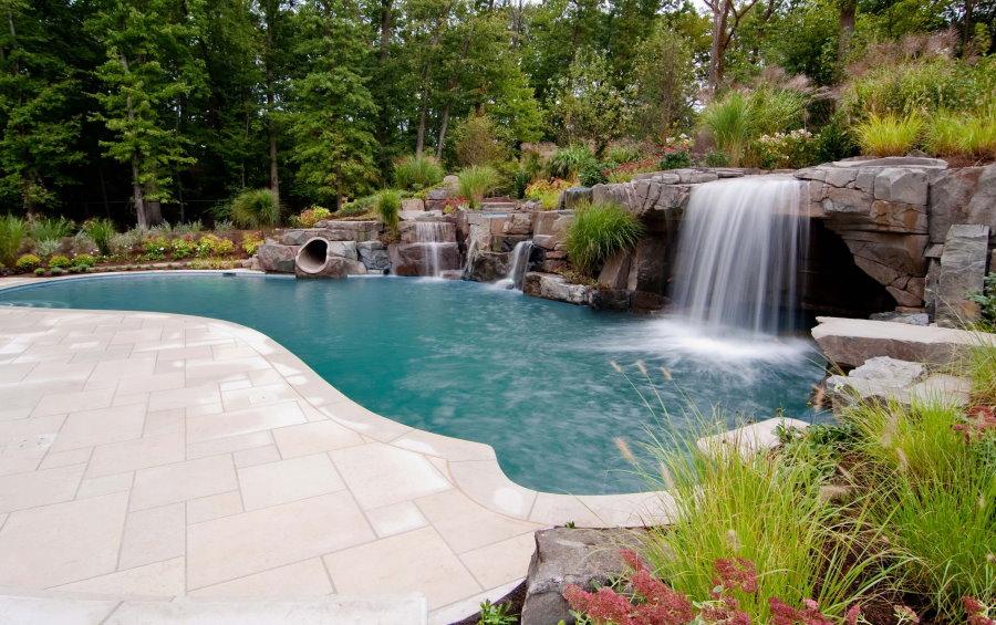 Садовая композиция из водопадов и водоема