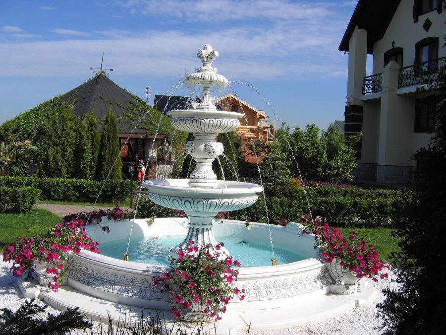 Высокий фонтан с вместительной чашей