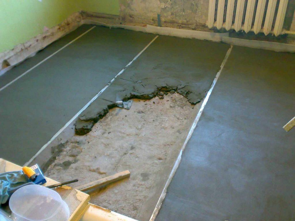 Заливка бетонной стяжки в гостиной комнате