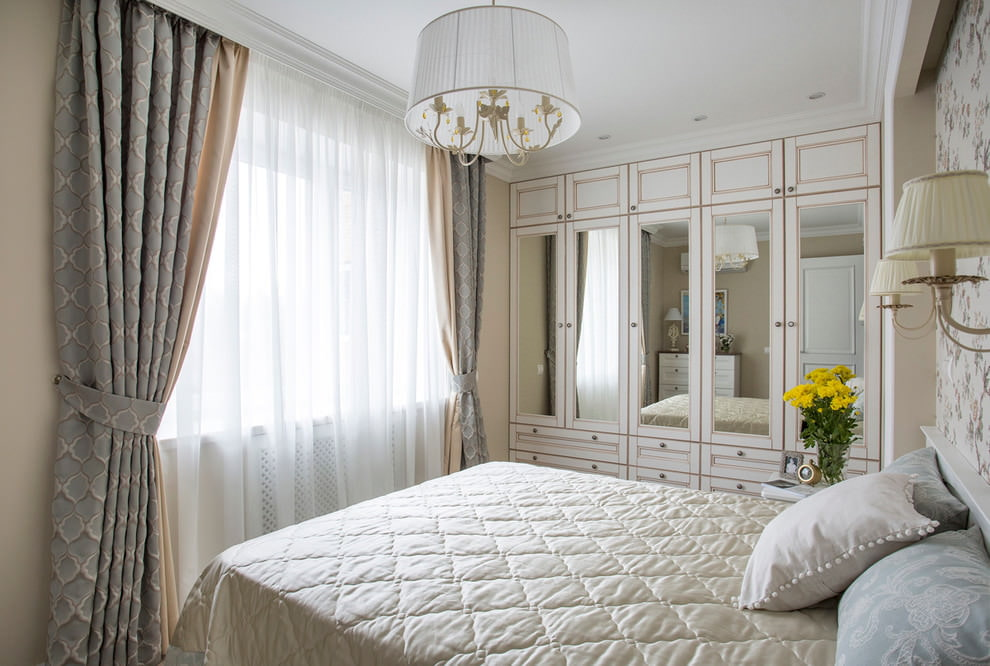 Плотные занавески в спальне небольшого размера