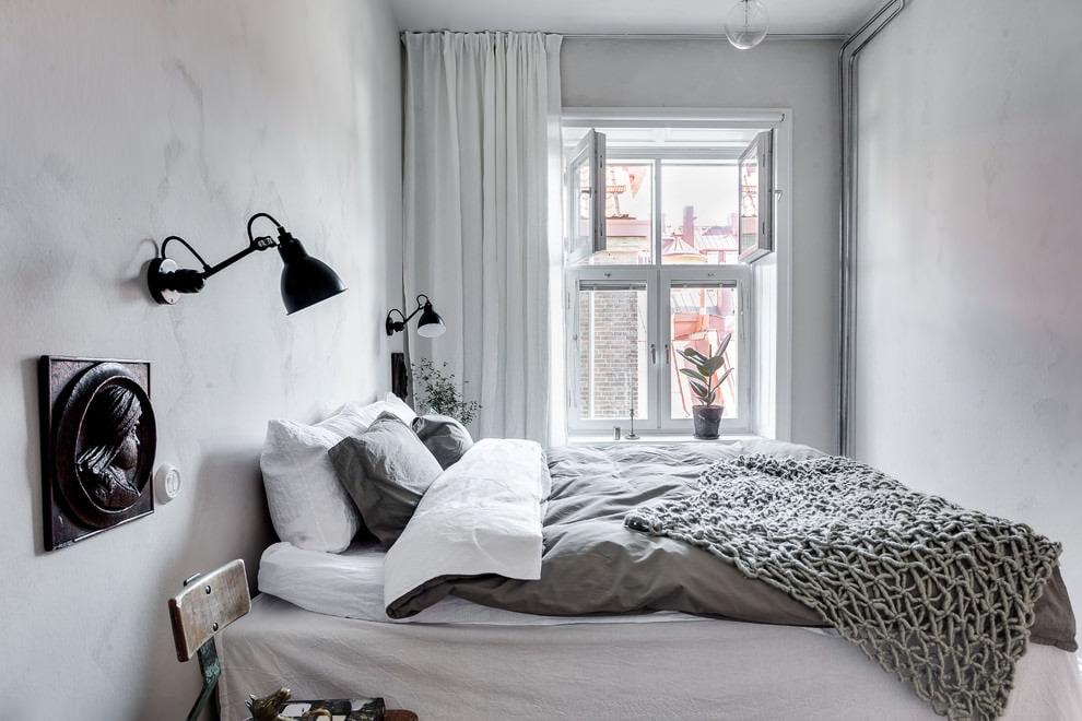 Белая штора в интерьере узкой спальни