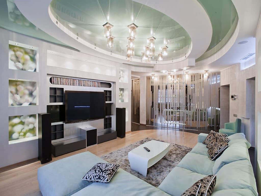 Светло-зеленый потолок в гостиной комнате