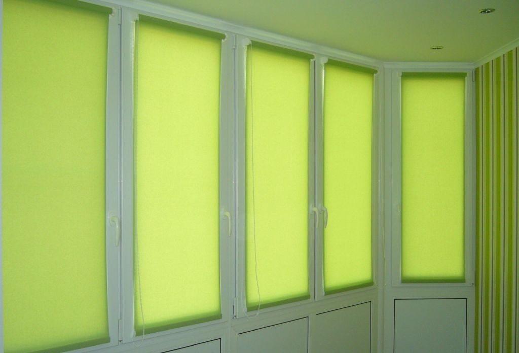 Светло-зеленые шторы рулонного типа