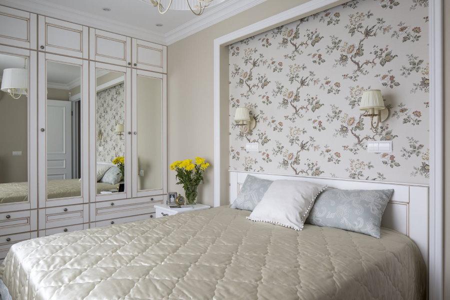 Зеркальные вставки на дверцах шкафа в спальне