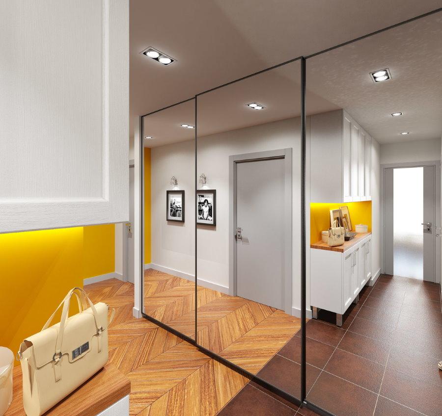 Зеркальный шкаф в коридоре трехкомнатной квартиры