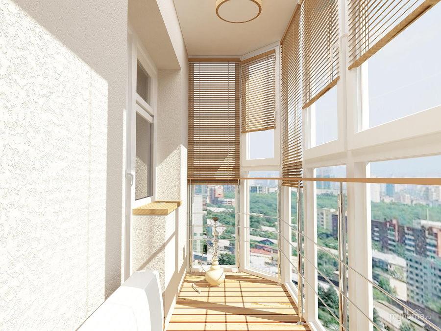 Горизонтальные жалюзи на панорамном балконе