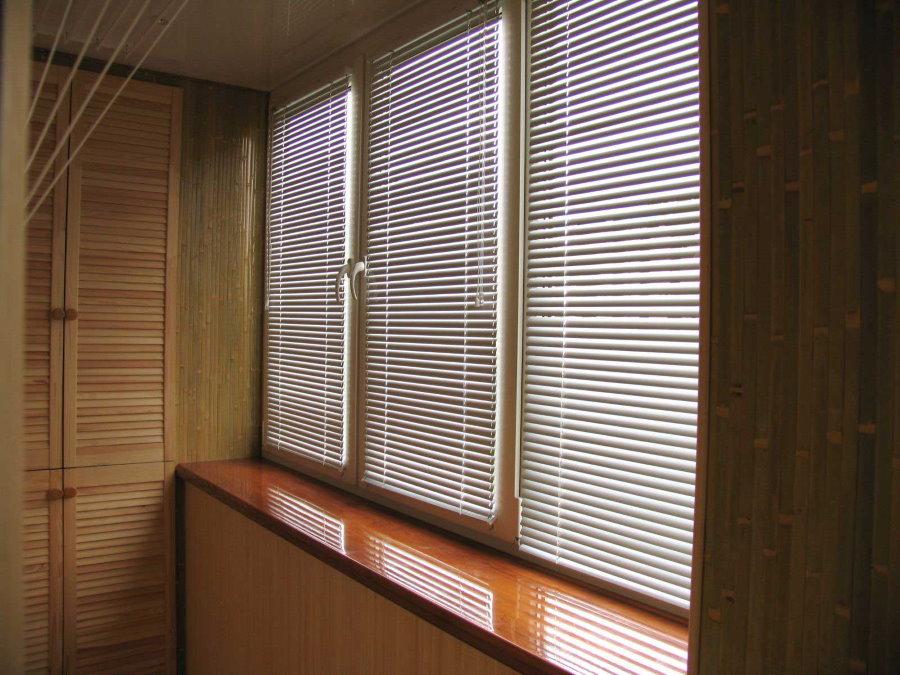 Пластиковые жалюзи на створках балконных окон
