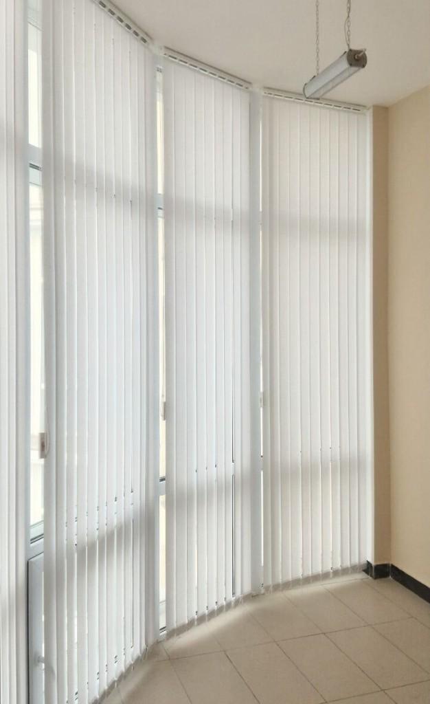 Длинные жалюзи на лоджии с панорамным окном
