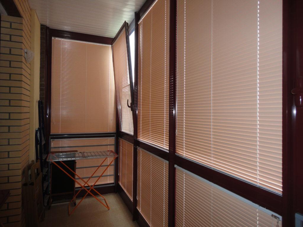 Солнцезащитные жалюзи в дизайне балкона