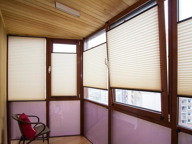 Бумажные жалюзи плиссе на окнах лоджии