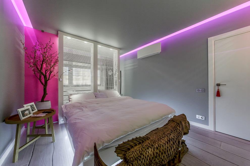Современный интерьер спальни с жалюзи на окне