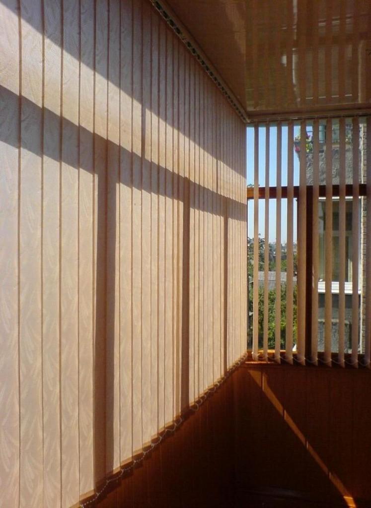 Вертикальные жалюзи на балконе с натяжным потолком