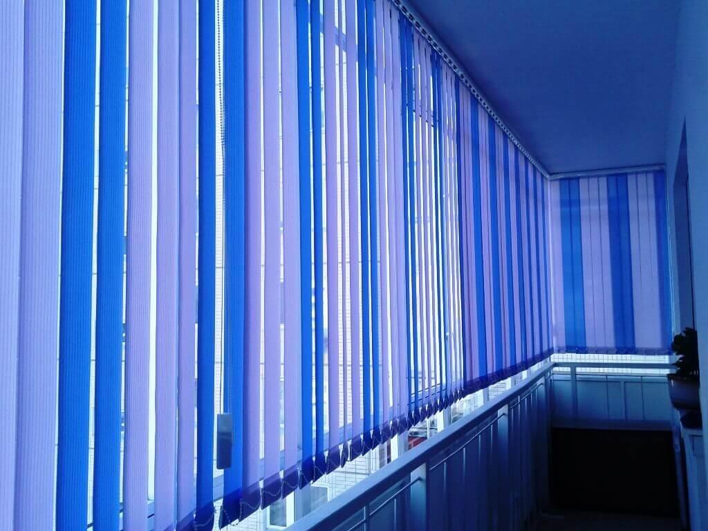 Тканевые жалюзи вертикального типа на балконе