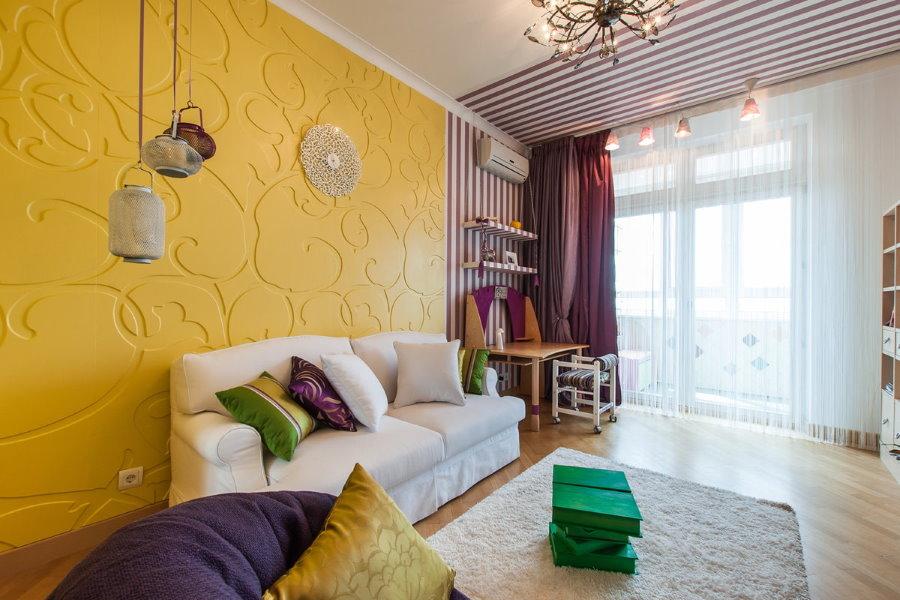 Отделка желтыми панелями стен в квартире