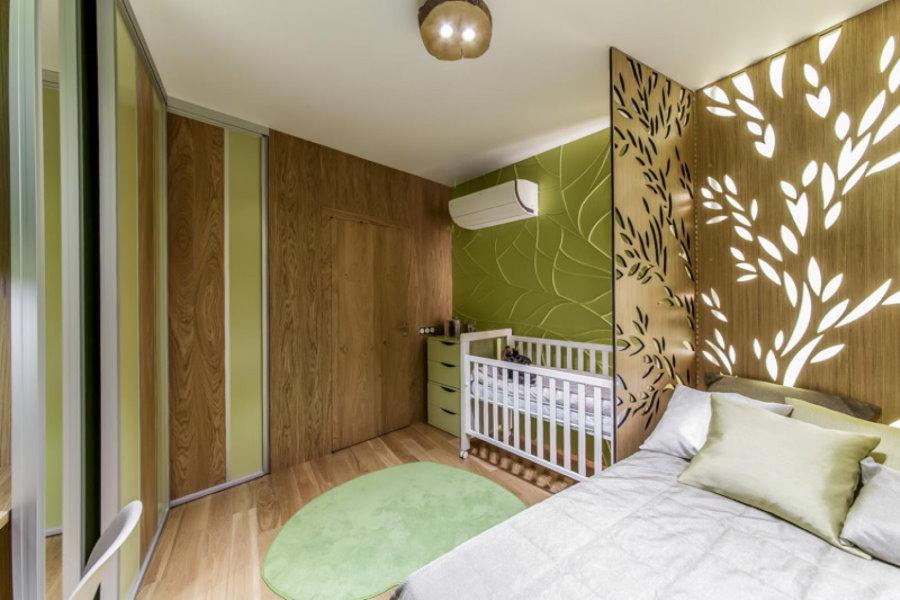 Детская кроватка за перегородкой в родительской комнате