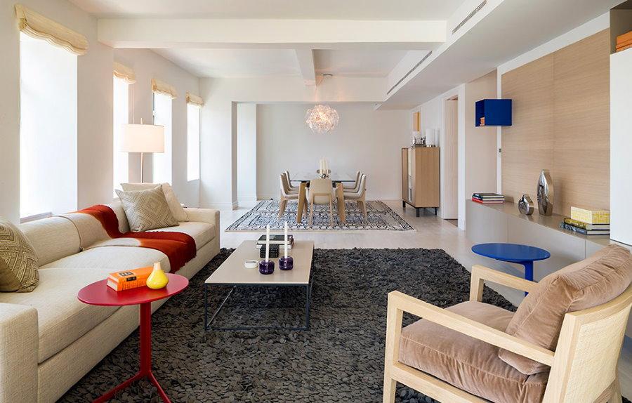 Зонирование ковром просторной столовой-гостиной
