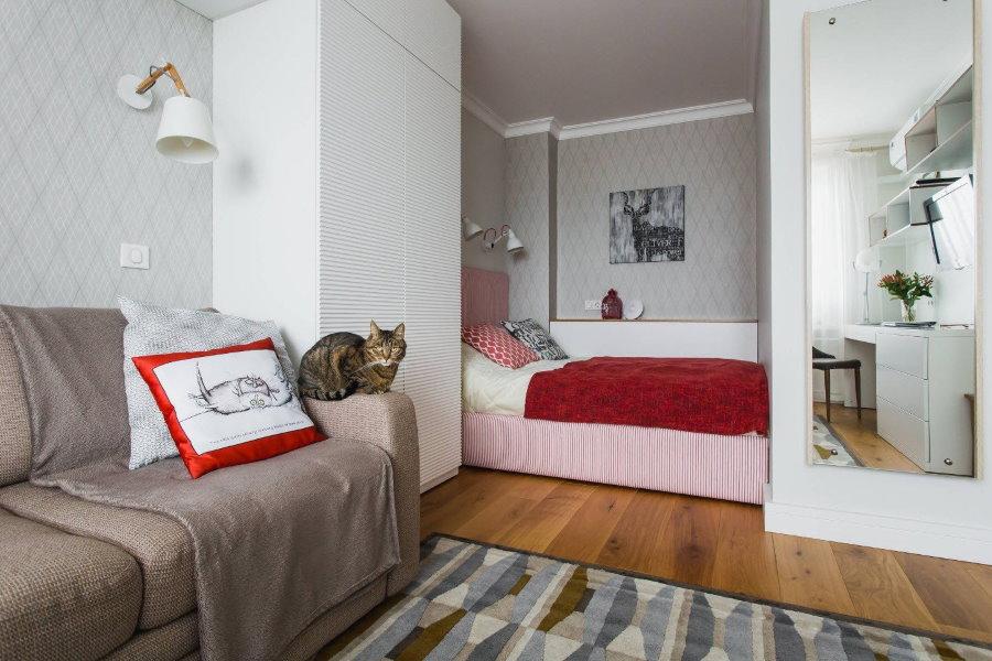 Спальное место в нише стены однокомнатной квартиры
