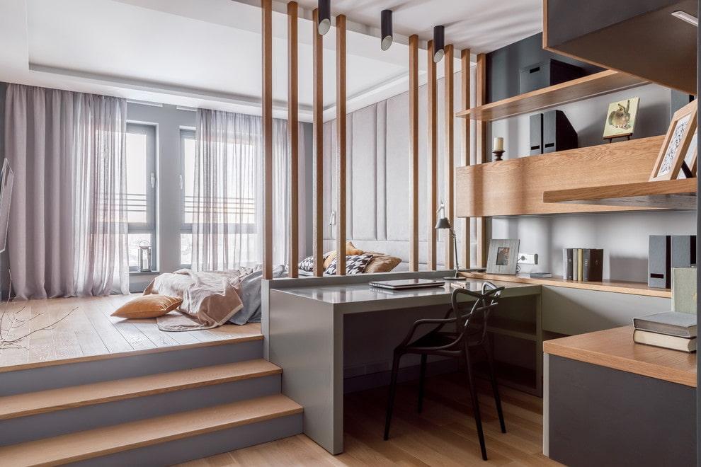 Спальное место на подиуме в гостиной комнате
