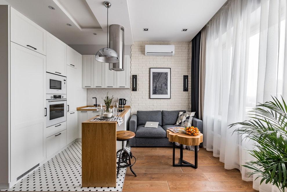 Пример комбинированного зонирования в кухне-гостиной