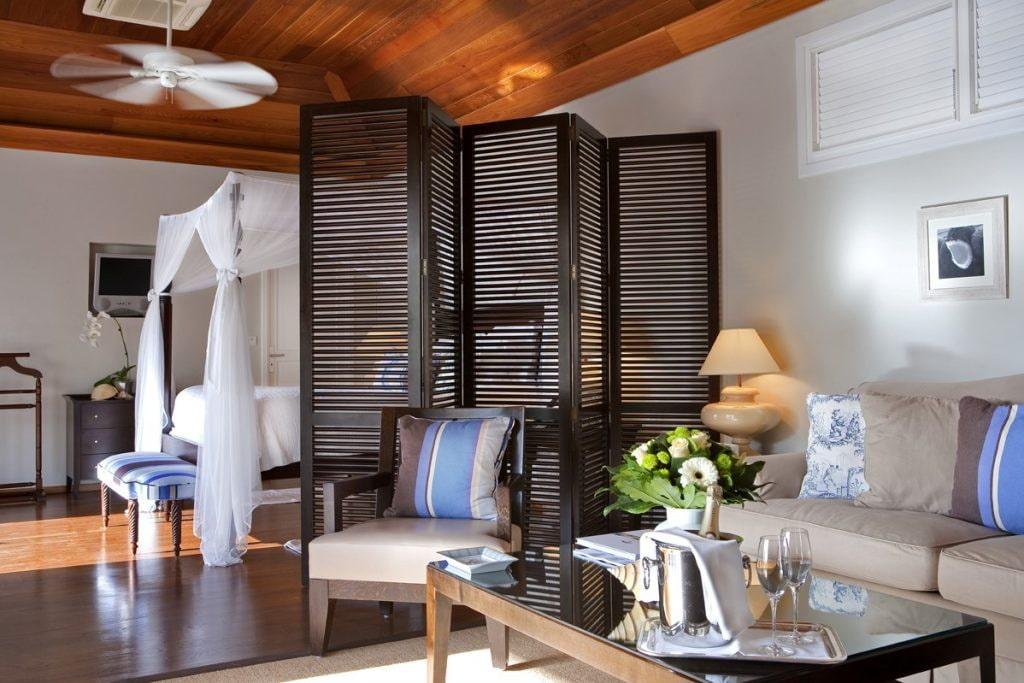 Зонирование решетчатой ширмой спальни-гостиной