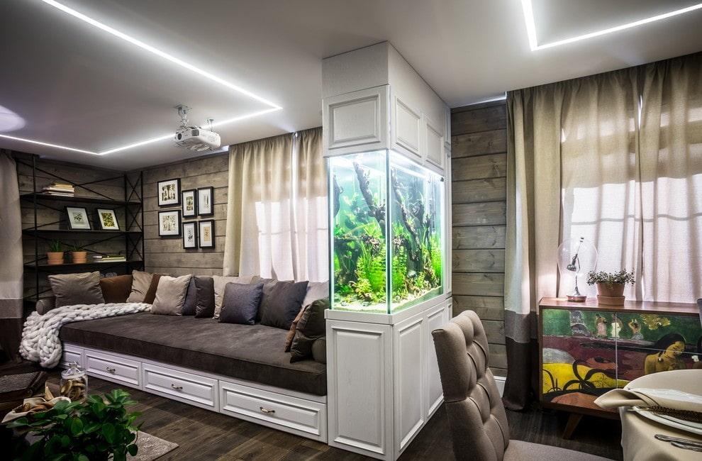 Зонирование аквариумом пространства гостиной