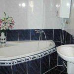 Черно-белая ванная комната малого размера с уютным дизайном