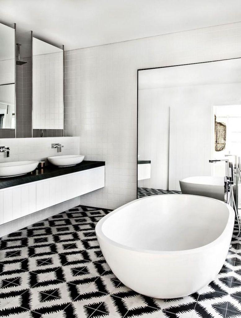 Черно-белая ванная комната орнамент на полу
