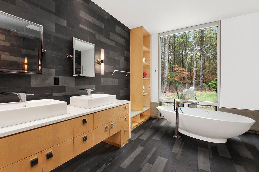 Черно-белая ванная комната с деревянной мебелью