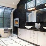 Черно-белая ванная комната с просторным интерьером
