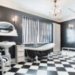 Черно-белая ванная комната с шахматным узором кафельного пола