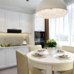 Дизайн белой кухни с комбинированной подсветкой