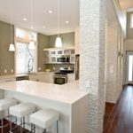 Дизайн белой кухни в интерьере обеденной зоны