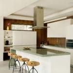 Дизайн белой кухни в интерьере под мореное дерево