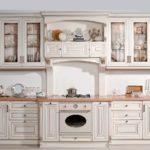 Дизайн белой кухни в интерьере под старину