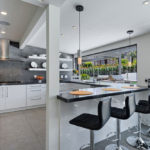 Дизайн белой кухни в интерьере просторного дома с террасой