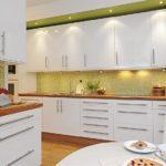 Дизайн белой кухни в интерьере с салатовым зеленым цветом