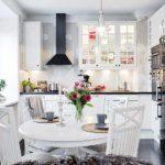 Дизайн белой кухни в интерьере стандартной многоэтажки