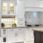 Дизайн белой кухни в интерьере в классическом стиле