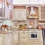 Дизайн белой кухни в интерьере в винтажном стиле