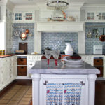Дизайн белой кухни в сочетании с декоративной плиткой