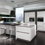 Дизайн белой кухни в темно коричневом интерьере