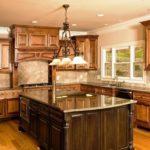 дизайн большой кухни из натуральных материалов