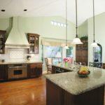 дизайн большой кухни с каменной столешницей