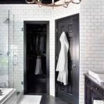 Дизайн ванной комнаты с белым кафелем и черным потолком